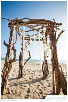 Ideas arco trozos de madera rústicas para bodas en la playa