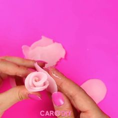 Rosen-Kerzen DIY You can imitate these great DIY rose floating candles totally cheap and quickly at home! You can simply reuse old candles and simply make great roses from them! Diy Home Crafts, Cute Crafts, Bougie Rose, Diy Rose, Diy 2019, Rose Candle, Diy Candle Roses, Teacup Candles, Candle Craft