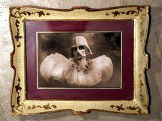 GLI ARTISTI Foto Marvellini Le opere di Foto Marvellini hanno l'aspetto di ritratti vintage dei (presunti) antenati di Spider-Man, Darth Vader e altre figure della cultura pop dando un…