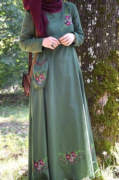 Our Authentic Green Dress with Cross Stitch Embroidered - Eminos Butik Modest Fashion Hijab, Abaya Fashion, Fashion Dresses, Preppy Fall Fashion, Boho Fashion Summer, Islamic Fashion, Muslim Fashion, Modele Hijab, Hijab Style