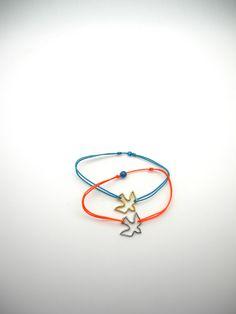 Délicate colombe en argent ou plaqué or montée sur un fil polyester de la couleur de son choix et orné d'une perle, 18€