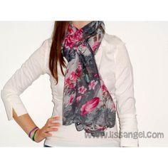Fular de diseño clásico decorado con unas bonitas rosas en las que revolotean unas cuantas