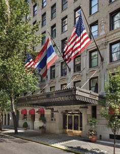 "Hôtel Plaza Athénée New York (New York) Featuring complimentary WiFi throughout the property, Hotel Plaza Athenee offers accommodation in New York, 350 metres from Central Park Zoo. Guests can enjoy the on-site restaurant.  Every room includes a 37"" flat-screen TV with cable channels."