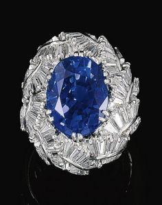 VAILLANT Y Duverne    Un ZAFIRO Y ANILLO DE DIAMANTE, c1960 ... hojas de diamante (Sotheby):