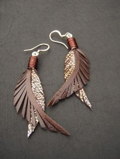 Leather Feather Earrings by CyclonaDesigns on Etsy.These are gorgeous. # Gift Ideas for girls Items similar to Leather Feather Earrings - Shorter Brown and Sparkly Bronze on Etsy Diy Leather Earrings, Diy Earrings, Leather Jewelry, Leather Craft, Brown Earrings, Statement Earrings, Crea Cuir, Jewelry Crafts, Handmade Jewelry