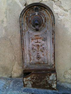 Firenze, una vecchia fontanella in Via di Costa San Giorgio ~    Florence, an old fountain on Costa San Giorgio.