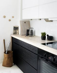Lapsiperheen vaalea koti | Kvikistä tilattu paksu työtaso kehystää kauniisti mustaa laatikostoa. Kitchen Inspiration, Interior Inspiration, Living Room Kitchen, Home And Living, Kitchens, Interiors, Dining, Interior Design, Architecture