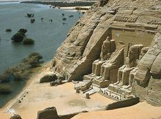 GRAN TEMPLO DE RAMSES II EN ABU SIMBEL en su actual emplazamiento a orillas del Lago Nasser después de su traslado al construirse la monumental presa de Asuán. Declarado Patrimonio de la Humanidad por la Unesco en 1979.