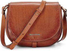 Diese lässige Crossbody-Tasche von Marc O'Polo aus weichem Vacchetta-Leder in Cognacbraun kommt im typischen Format und dient als praktischer Begleiter für diverse Veranstaltungen.