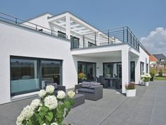 WeberHaus - Large, contemporary, Bauhaus style prefabricated villa with energy-saving properties Prefabricated Houses, Prefab Homes, Simple Pool, Timber Frame Homes, Timber Frames, Bauhaus Style, Timber Windows, Pergola Curtains, Cheap Pergola
