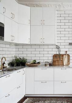Light living kitchen - via Coco Lapine Design Kitchen, ideas, diy, house, indoor, organization, home, design, cook, shelving, backsplash, oven, desk, decorating, bar, storage, table, interior, modern, life hack.
