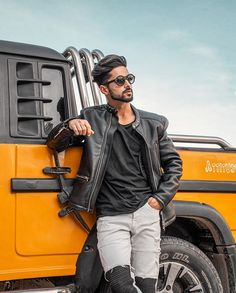 Great look from . Best Smart Casual Outfits, Stylish Mens Outfits, Stylish Boys, Photo Pose For Man, Best Poses For Men, Mens Dress Outfits, Beach Outfits, Mens Photoshoot Poses, Photography Poses For Men