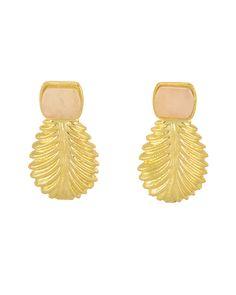 Pendientes en forma de piña dorada y piedra en color cuarzo rosa. Mide 5 cms de largo.