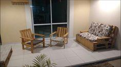 Cadeiras e banco feito com madeira reaproveitada de pallete.