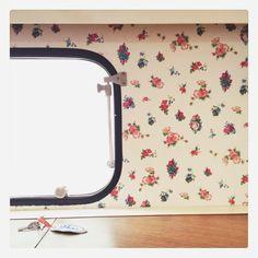 Viel weiße Farbe, bunte Blumen und Hübsches vom Flohmarkt / Wohnwagen Renovierung , Caravan Makeover, Vintage-Tapete, www.loloundtheo.blogspot.de