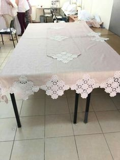 This Pin was discovered by Zeh Table Runner And Placemats, Crochet Table Runner, Diy Crochet Doilies, Crochet Motif, Diy Rustic Decor, Diy Home Decor, Crochet Purse Patterns, Linens And Lace, Art Furniture