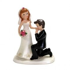 11,99+8,50 cake topper sposo in ginocchio che bacia la mano della sposa