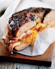 Start your day off right with a satisfying bacon, egg and cheese breakfast sandwich! // Commencez la journée du bon pied avec ce copieux sandwich au bacon, aux œufs et au fromage.