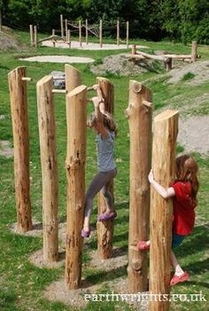 Spelende kinderen in de tuin met deze speeltuin van stronken. #tuin #tuininspiratie