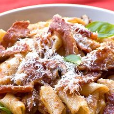 A delicious pasta dish with bacon and mushrooms that goes well with a green salad. Healthy Family Meals, Kids Meals, Healthy Snacks, Healthy Recipes, Family Recipes, Mushroom Pasta, Mushroom Recipes, Tomato Basil Pasta Sauce, Bacon Recipes