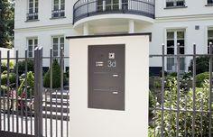 Mauerdurchwurf-Briefkastenanlage mit vertikalen Kästen mit Putzabdeckrahmen TE140, Funktionskasten und Gravur (Bild Nr. 01442)