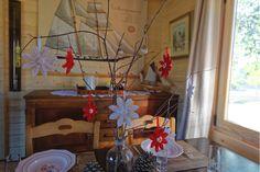 Réalisez simplement et facilement votre décoration de table : un vase, quelques branches pour suspendre les fleurs en tissu. Une décoration épurée au style traditionnel !