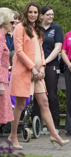 Pregnant Kate Middleton dons peach summer style for todays hospice visit - Yahoo! Lifestyle UK