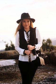 Novo Look do dia/Outfit Black & White com camisa statement e botas com textura de píton/animal print. Dicas de Moda e Imagem. Blog de Moda Style Statement. Tendências. Outono/Inverno. Morgan. Black and white, colete de pêlo, fur vest, ripped jeans, relógios daniel wellington. Ano Novo 2015