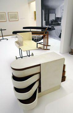 Eileen Gray | Cabinet à tiroirs pivotants | 1926-1929 | bois peint | Mobilier provenant de la villa E1027