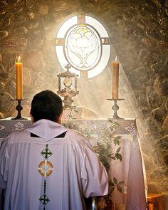 Imagen católica: adoracion eucaristica, corpus christi, sacerdote, santisimo, jesus eucaristia - Cathopic