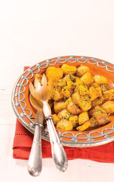 Mandioquinha sauté   Receita Panelinha: Sabe batata sauté? Então, imagine a mandioquinha sauté... Fica bom demais! O sabor adocicado da raiz ganha um ziriguidum especial. É acompanhamento fácil, rápido e criativo para o almoço ou jantar da semana.