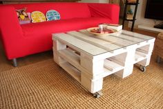 Simple, white pallet coffee table and plush red couch, a creative living room idea. By: ECOdECO Mobiliario.