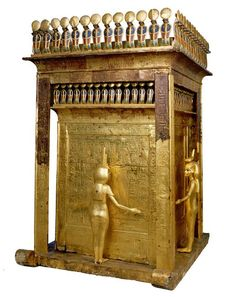 Safe chapel with gilded canopic. This chapel contains the alabaster chest that contained the canopic jars containing the viscera of Tutankhamun. Against each of its panels was placed one of the four goddesses charged with protecting the content according to the cardinal points: Selket, Isis, Neith and Nephthys. At the top, a frieze of uraei stand protective guard. On the walls, scenes and forms of protection.