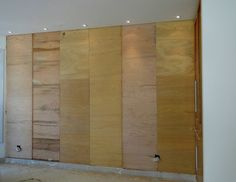 Para ter uma parede charmosa e diferente sem gastar muito, a dica da arquiteta Silmara Salvetti é revesti-la com pecinhas de madeira. É um material fácil de achar nos home centers e que sai cerca de 32 reais cada peça de 30 x 30 cm. Você pode ocupar a área que quiser, revestindo a parede […]