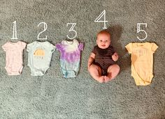 Onesie Growth A good way to show your babies growth! Monthly Baby Photos, Newborn Baby Photos, Baby Boy Photos, Baby Poses, Newborn Care, 6 Month Baby Picture Ideas, Cute Baby Videos, Newborn Baby Photography, Funny Baby Photography