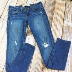 Hollister Destroyed Skinny jeans Size 1R. Cute look! Great condition Hollister Jeans Skinny