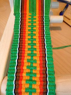 Inkle band - pattern, not the colors. Card Weaving, Weaving Yarn, Weaving Textiles, Inkle Weaving Patterns, Loom Patterns, Crochet Patterns, Finger Weaving, Types Of Weaving, Inkle Loom