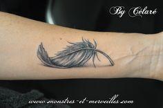 plume tatouage sur avant bras