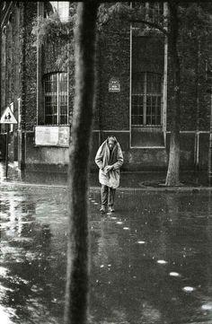Henri Cartier-Bresson, Alberto Giacometti rue d'Alésia, Paris, 1961 ©/Magnum Photos Henri Cartier Bresson, Alberto Giacometti, Robert Doisneau, Magnum Photos, Candid Photography, Street Photography, Landscape Photography, Photography Exhibition, Urban Photography