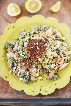 Hmmm, deze #pastasalade van Jamie Oliver, met tonijn, feta en krokante cayennekruimels, is heerlijk! Het recept komt uit Jamies boek 'Super food voor familie en vrienden'.