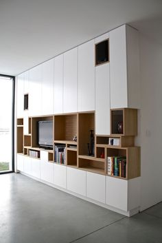 Kastwand - vakjes van boekenkast komen terug in tv-kast Muebles Living, Tv Cabinets, Built In Cupboards, Interiores Design, Built Ins, Bookshelves, Bookshelf Ideas, Modern Bookshelf, Modern Shelving