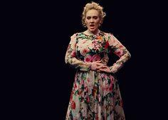 Look do novo clipe de Adele com vestido longo manga longa floral