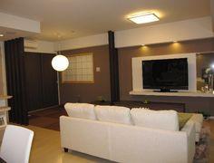 TVボードが主役 壁に造りつけのTVボードは、ダウンライトからの光で、輝きの演出