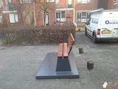 Betonbank De Luxe met onderplaat Antraciet bij Gemeente Hoorn in Hoorn