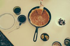 Glassware Nuutajärvi 5023 by Kaj Franck, coffee cups Arabia Kilta by Kaj Franck, plate Arabia Linnea, cast iron pan Rosenlew. Cast Iron, It Cast, Iron Pan, Apple Pie, Coffee Cups, Plates, Breakfast, Food, Design
