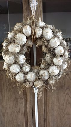 Workshop Knoflook Krans - Lilly is Love Wreath Crafts, Diy Wreath, Door Wreaths, Decoration Inspiration, Autumn Inspiration, Christmas Wreaths, Christmas Decorations, Holiday Decor, Wreath Tutorial