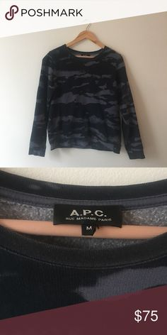 A.P.C sweatshirt. Dark blue. Size Medium A.P.C sweatshirt with subtle graphic pattern. Used, but in really good condition. APC Sweaters