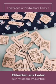 Große Auswahl an schönen Lederlabels um deinem Projekt ein professionelles Finish zu geben. Wähle aus verschiedenen Formen dein Lieblingsetikett aus, füge einen eigenen Text ein oder lade dein Logo hoch. 15 Lederfarben stehen dir für dein individuelles Label zur Verfügung. Sewing Leather, Needful Things, Handmade Shop, Fabric Scraps, Hand Sewing, Diy And Crafts, Crochet Patterns, Stationery, Accessories