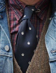 plaid shirt, tweed vest, navy tie and tie pin, denim jacket! Looks like a mess but I love it! Gentleman Mode, Gentleman Style, Sharp Dressed Man, Well Dressed Men, Tweed Vest, Style Masculin, Style Japonais, Look Man, Inspiration Mode