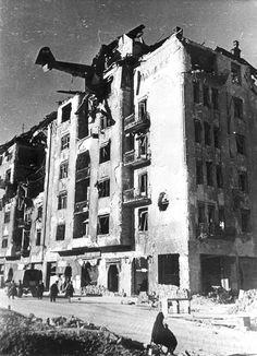 73 éve e napon csapódott be az Attila út 37 számú épületbe egy DFS-230-as terhervitorlázó gép. A pilóta szörnyethalt, a gép rakományában liszt volt. A pilóta szelleme állítólag az épületben néha megjelenik, erről volt régebben egy riport.